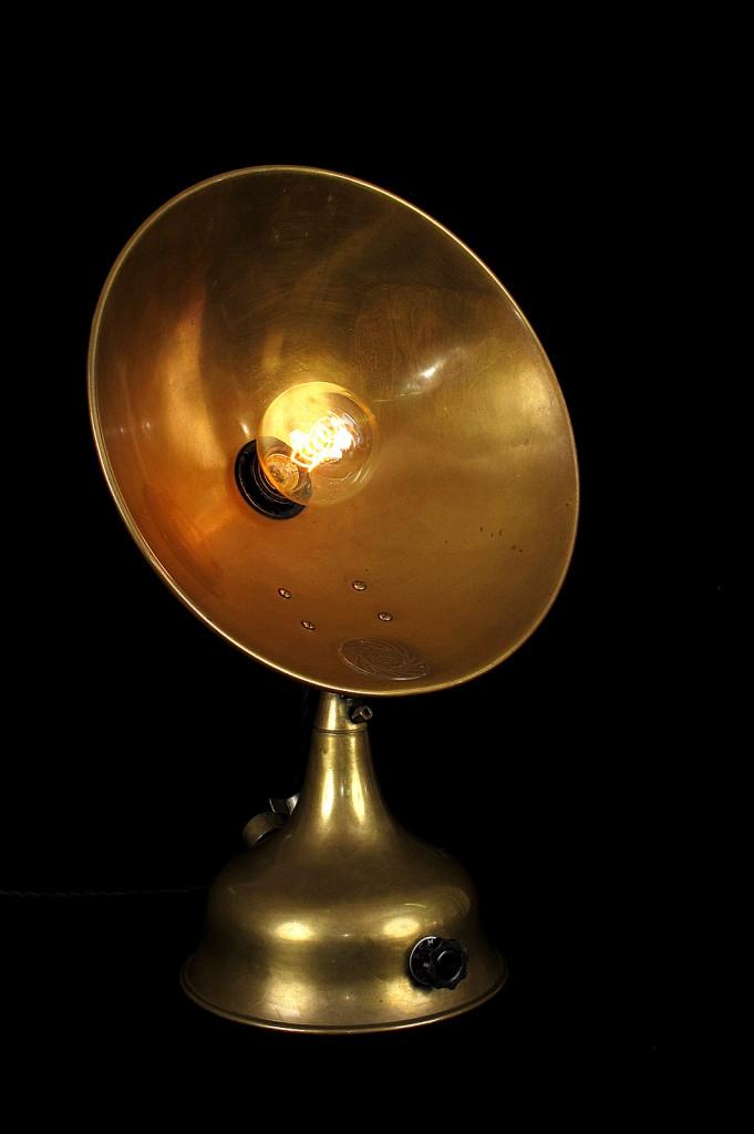 LAMPE TRACTOR CREATION MODIFICATION LUMINAIRE LAMPE ANCIENNE DECORATION STEAMPUNK ETRANGE OLD SCHOOL BAZAAR 1