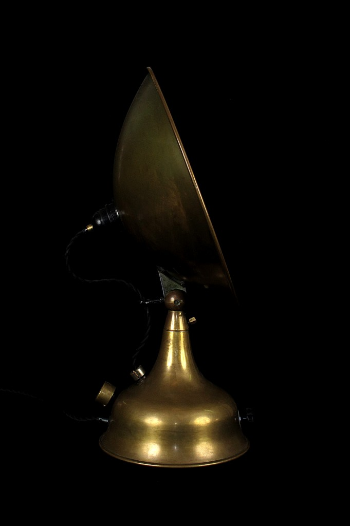 LAMPE TRACTOR CREATION MODIFICATION LUMINAIRE LAMPE ANCIENNE DECORATION STEAMPUNK ETRANGE OLD SCHOOL BAZAAR 4