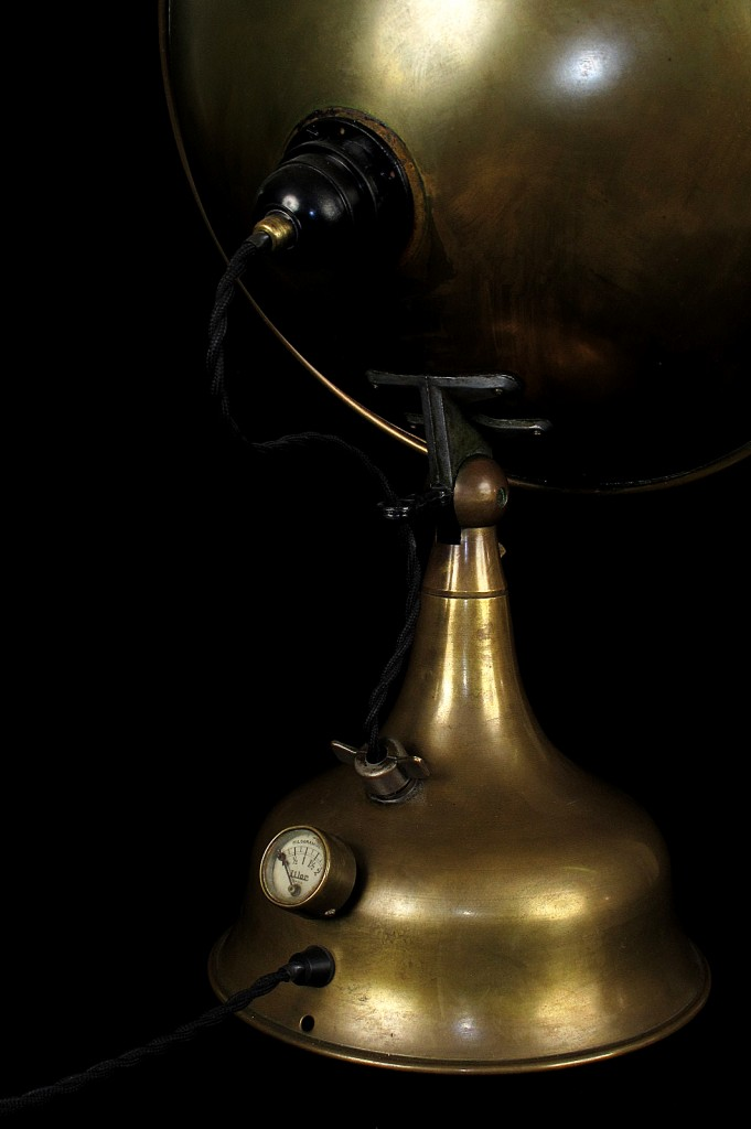 LAMPE TRACTOR CREATION MODIFICATION LUMINAIRE LAMPE ANCIENNE DECORATION STEAMPUNK ETRANGE OLD SCHOOL BAZAAR 6