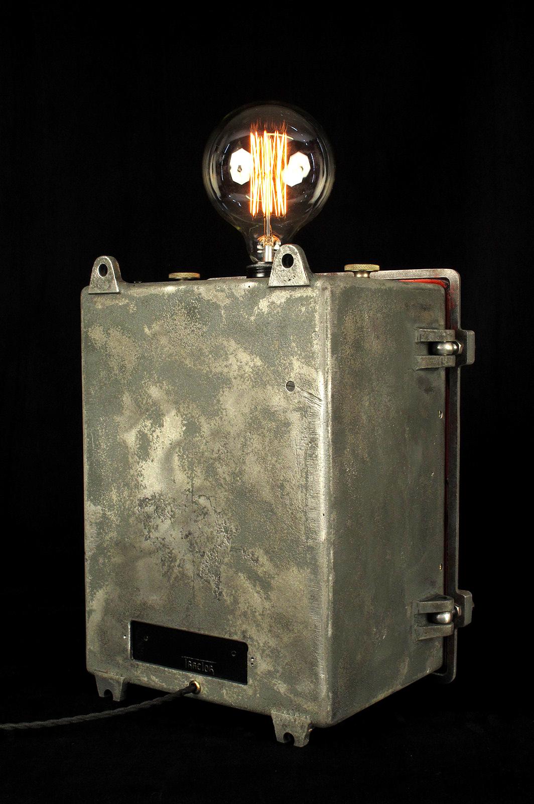 ancien coffret lectrique mis en lumi re lampe unique old school bazaar. Black Bedroom Furniture Sets. Home Design Ideas