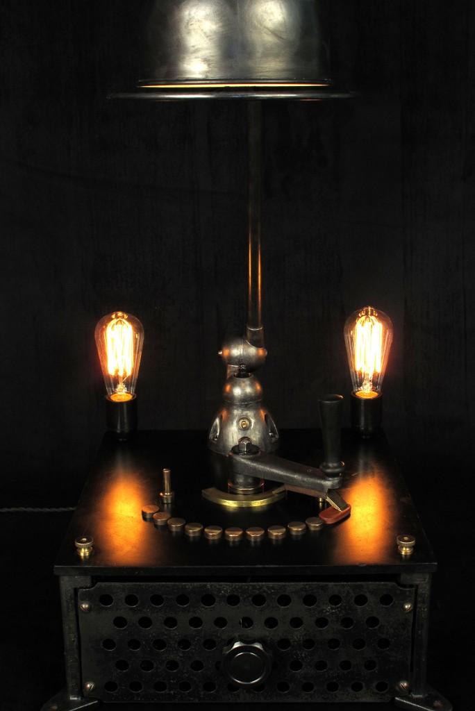 lampe-tractor-creation-luminaire-unique-original-decoration-loft-esprit-industriel-old-school-bazaar-2
