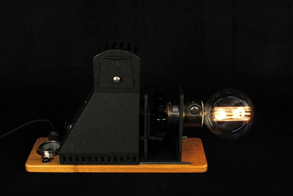 lampe-tractor-creation-luminaire-unique-decoration-esprit-steampunk-loft-industriel-ancien-projecteur-mis-en-lumi7re-old-school-bazaar-2