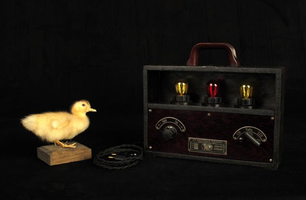 lampe-unique-objet-de-medecine-ancien-mise-en-lumiere-electrotherapie-luminaire-creation-old-school-bazaar-7
